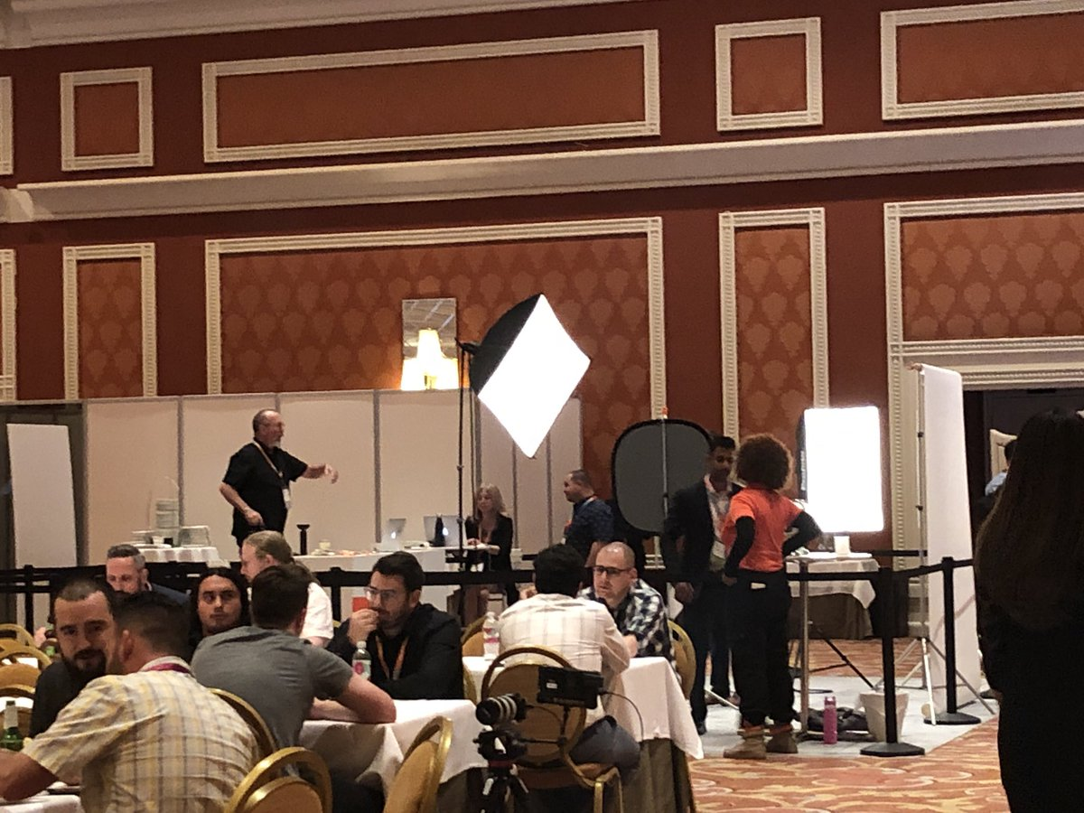 sherrierohde: Need a new headshot? There's a booth for that! #MagentoImagine https://t.co/xR9io0pDOJ