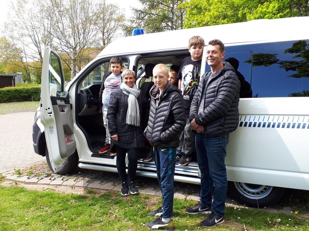 #fynspoliti Elever og lærere fra Ørkildsskolen i Svendborg besøgte i dag politi bussen i Byparken. Dejligt med besøg https://t.co/OpZPVIXPjj
