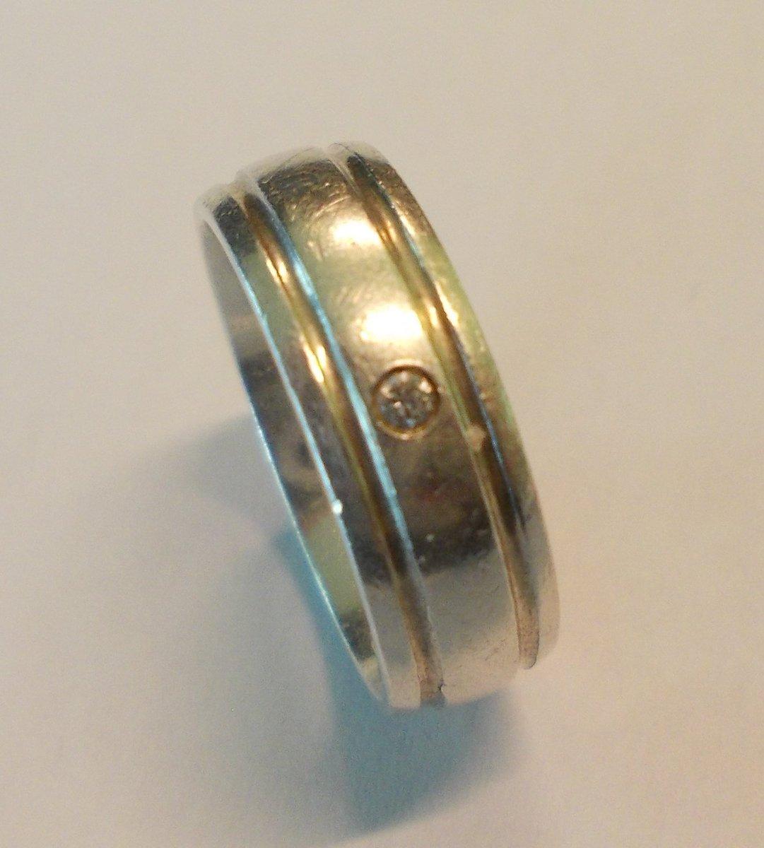 Ejer søges til vielsesring. Ringen er indleveret som hittegods i Roskilde. Ring 114. #politidk https://t.co/ixURkRSY3L