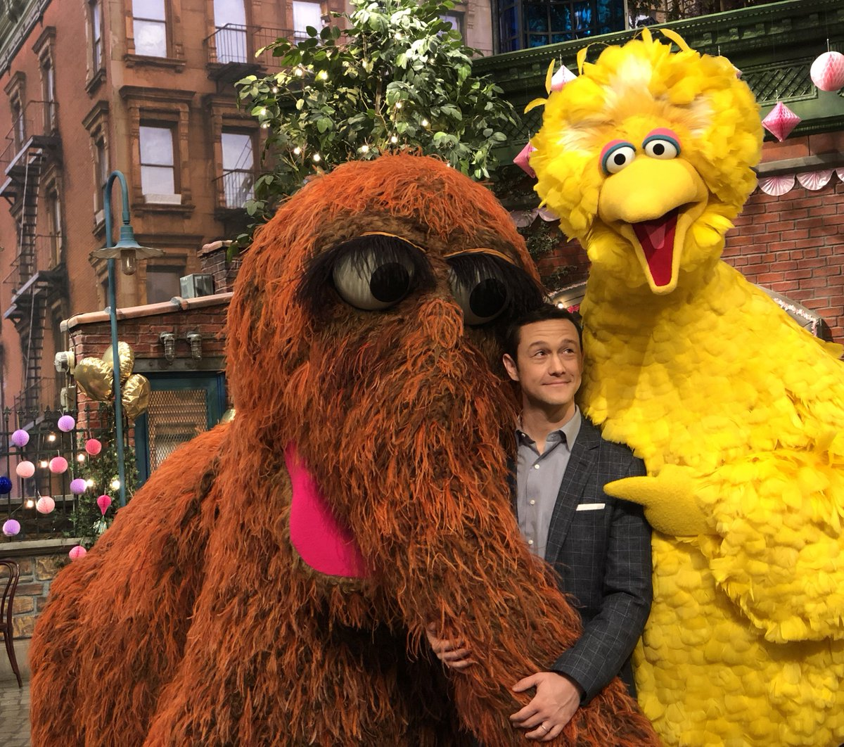 RT @sesamestreet: Hey look! It's our friend Joseph Gordon-Levitt on Sesame Street! ???? #Sesame50 @hitRECordJoe https://t.co/9K6D7mojHK