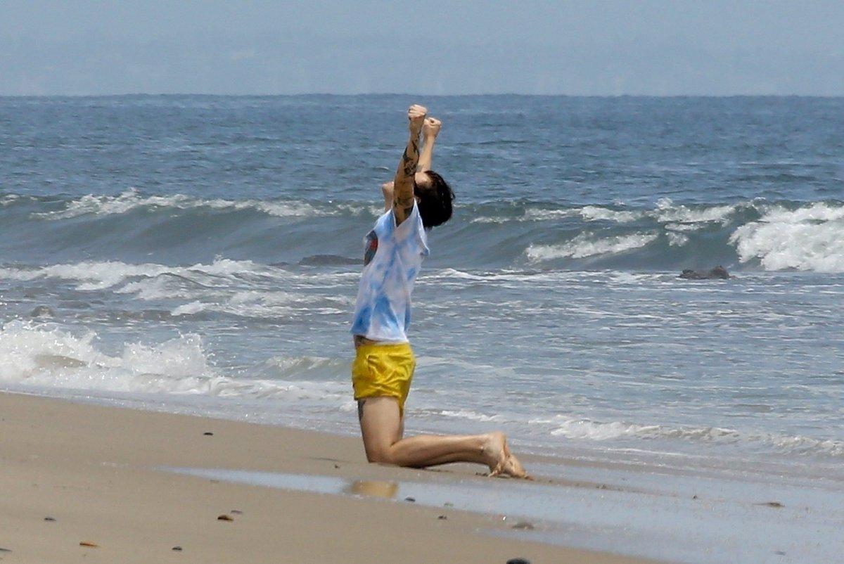 Видеть такого счастливого Гарри в этих жёлтых шортиках- так прекрасно😭 #HarryStyles...