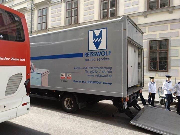 RT @politicalbeauty: Heute vor dem Innenministerium in Wien. Kein Scherz. https://t.co/hQcVFwHSqo