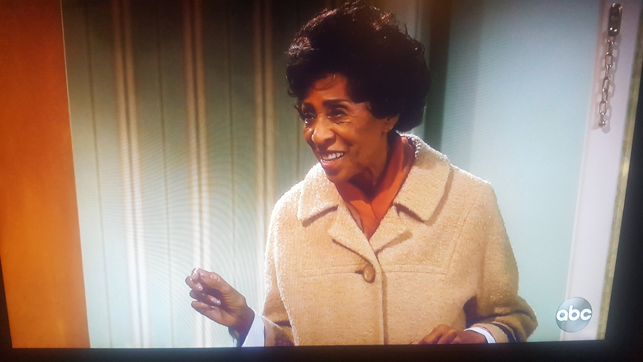 """Florence is back! """"How come we overcame and nobody told me"""" #AllInTheFamily  #TheJeffersons  #LiveInFrontOfAStudioAudience https://t.co/NyDNNKScEI"""