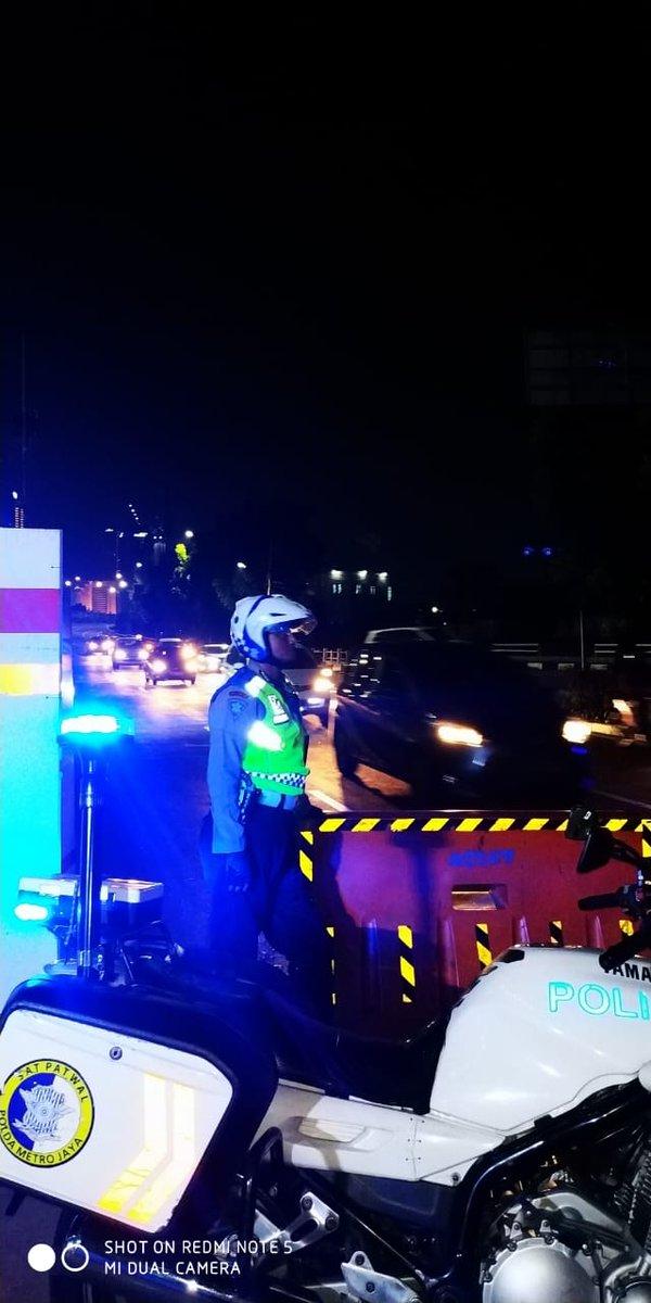 21:13 Situasi arus lalu lintas di sekitar jembatan Latuharhari terpantau ramai lancar. https://t.co/mxEb7MaUEw