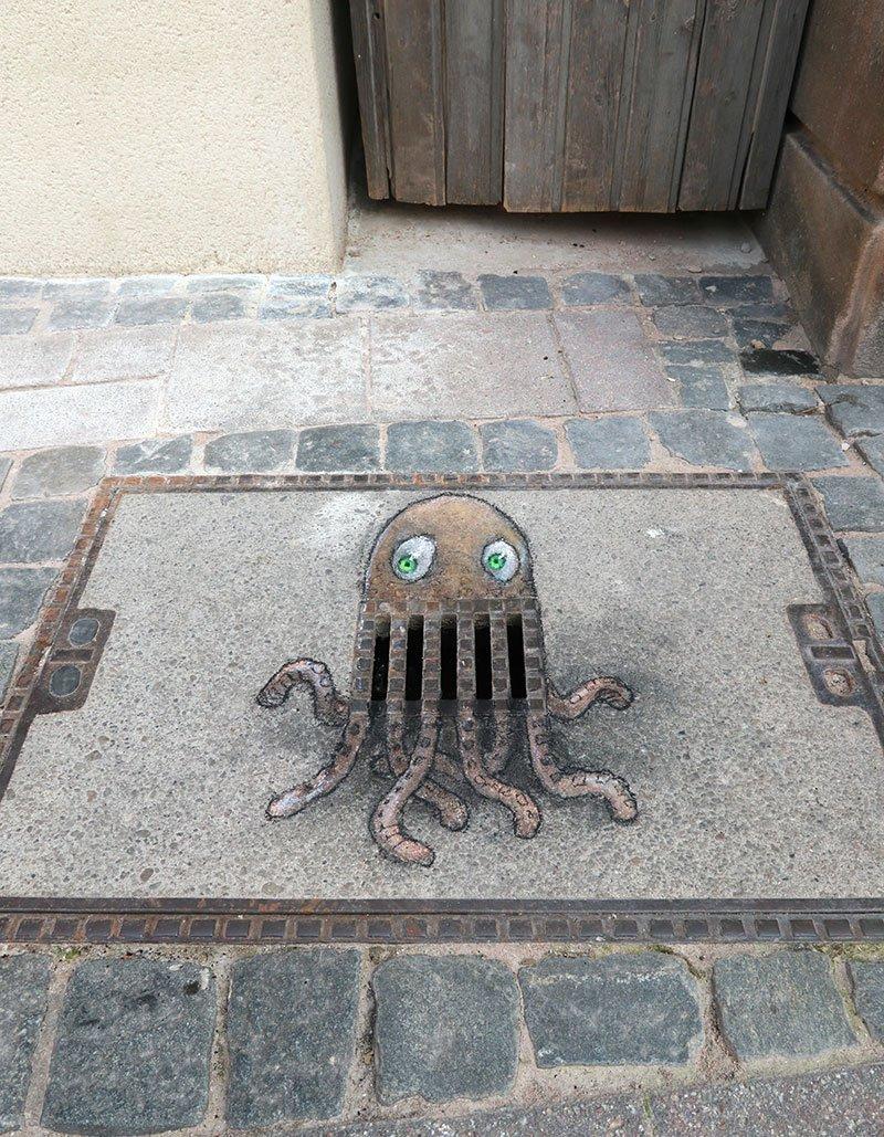 Cora is insecure about her legs, but she has a grate smile. #streetart #sidewalkchalk #pareidolia #urbanart #octopus #cephalopuns https://t.co/XAFrxjDij1