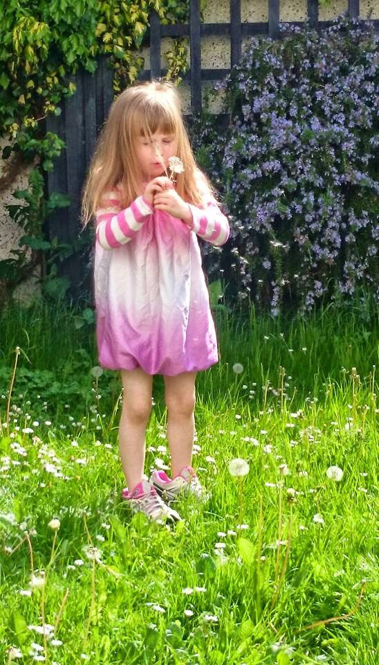 One of my favorite sequences of Rosie from a few years ago, delighting in dandelions and wearing mama's shoes. ❤️ https://t.co/MNFVjSEDUt