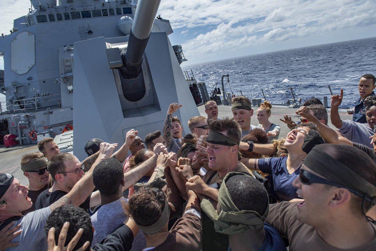 test ツイッターメディア - 駆逐艦マイケル・マーフィーでは、艦名の由来である海軍特殊部隊Navy SEALs隊員の故マーフィー大尉の名前からとった「マーフ・チャレンジ」というイベントが。内容は、1マイル走→腹筋100回→腕立て伏せ200回→スクワット300回→仕上げの1マイル走😱写真はチャレンジを終えて気勢を上げる乗組員たち! https://t.co/GldhN5O49I