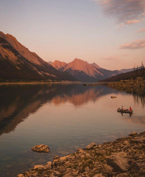 Sweet sunsets at Medicine Lake.   Photo by: mitchell5499 #MyJasper #VentureBeyond https://t.co/WButtUnwJ3