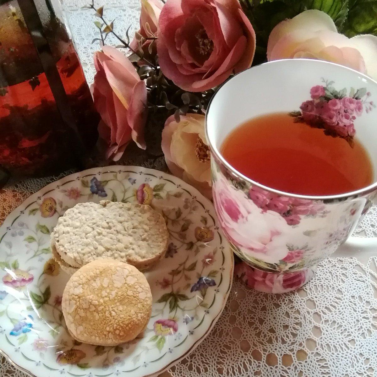 test ツイッターメディア - おはようございます😊 朝から甘いものを頂いております😌 かのマリー・アントワネット王妃もダイエットに 実践されていたのが朝に甘いものを食す事だとか… 本当ですか⁉ てな訳で?マリーアントワネットティー🌹と一緒に大麦で作られたダクワーズ🍓を頂きました😋 麦の香りがお口の中で広がって美味❤ https://t.co/oEDCgEKhNb