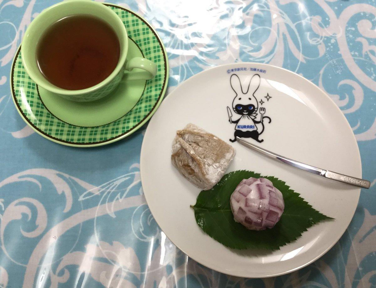 test ツイッターメディア - ご近所の和菓子屋さんで八雲もちとあじさいを買って、くらり皿に載せてみた(*´꒳`*) https://t.co/haOKG1Gkmx