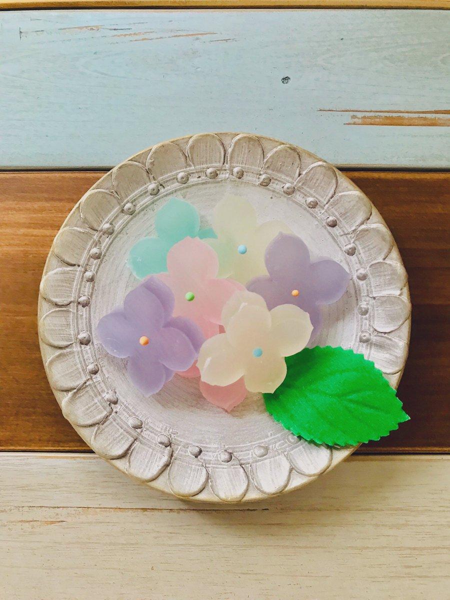 test ツイッターメディア - 今日のおやつは越乃雪本舗大和屋さんの紫陽花です。 梅雨入りの憂鬱にきれいな色を見せてくれる紫陽花を琥珀糖でいただきます。 琥珀糖ってむつかしいお菓子だと個人的に思うのですが、こまやかなあまさとおいしさ、はかなさにちょっと感動しました。 https://t.co/Fx3fRl2C6f