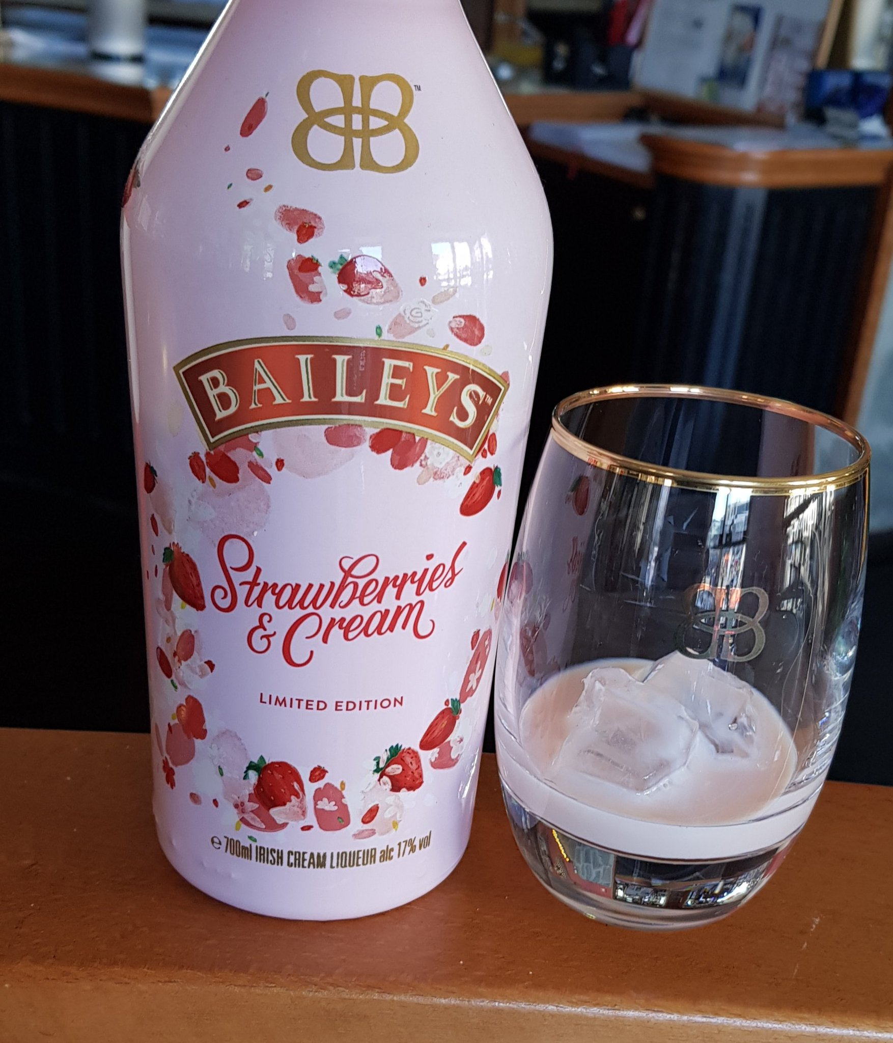 On the rocks or in a cocktail. Highly recommended #cocktail #mixology #baileys #Strawberry @MacCocktail @totc @thecocktailguru @BaileysOfficial @Baileys_GB @cocktailsnfit @drinkrecipes4u @TedNguyen @OzBartenderMag https://t.co/eho1KP9TFA