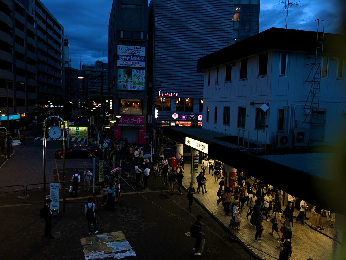 test ツイッターメディア - 京王線、明大前駅。 ここは京王の心臓部🏹であり、 かのM大キャンパスの玄関口。 乗り換えの階段が限られている ため、朝夕ラッシュ時は人混みで ご覧の有様…ここだけは難点😅 特急電車は調布→明大前までの間 ノンストップなのは便利そのもの ここから井の頭線に乗り換え 北の終着駅を目指します。 https://t.co/G6zJvtkpdX