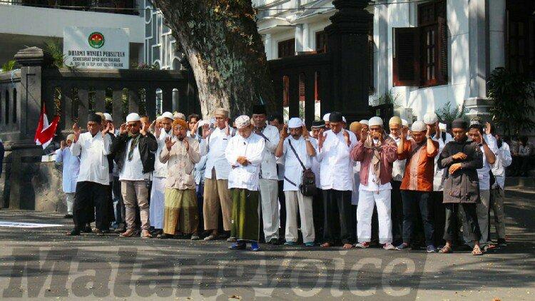 Massa Berbaju Putih Salat Gaib di depan DPRD Kota Malang, Ini yang Disuarakan - https://t.co/Xk81If4sez https://t.co/he25URtkYl