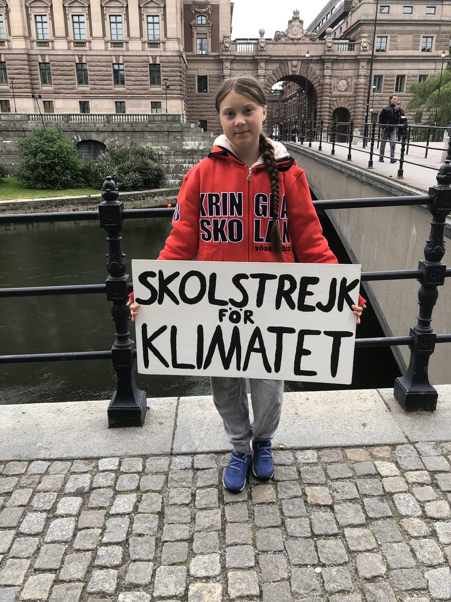 School strike week 43. And even though summer holidays are here and school is over, we go on. #fridaysforfuture #schoolstrike4climate #climatestrike https://t.co/cDatfs43ke