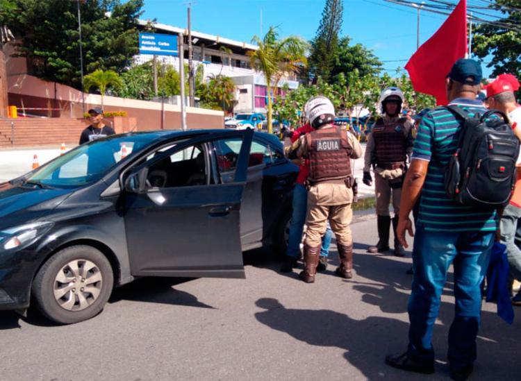 Motorista tenta agredir manifestantes na avenida ACM https://t.co/lEhS0XnxgL https://t.co/xrb61X9TmF