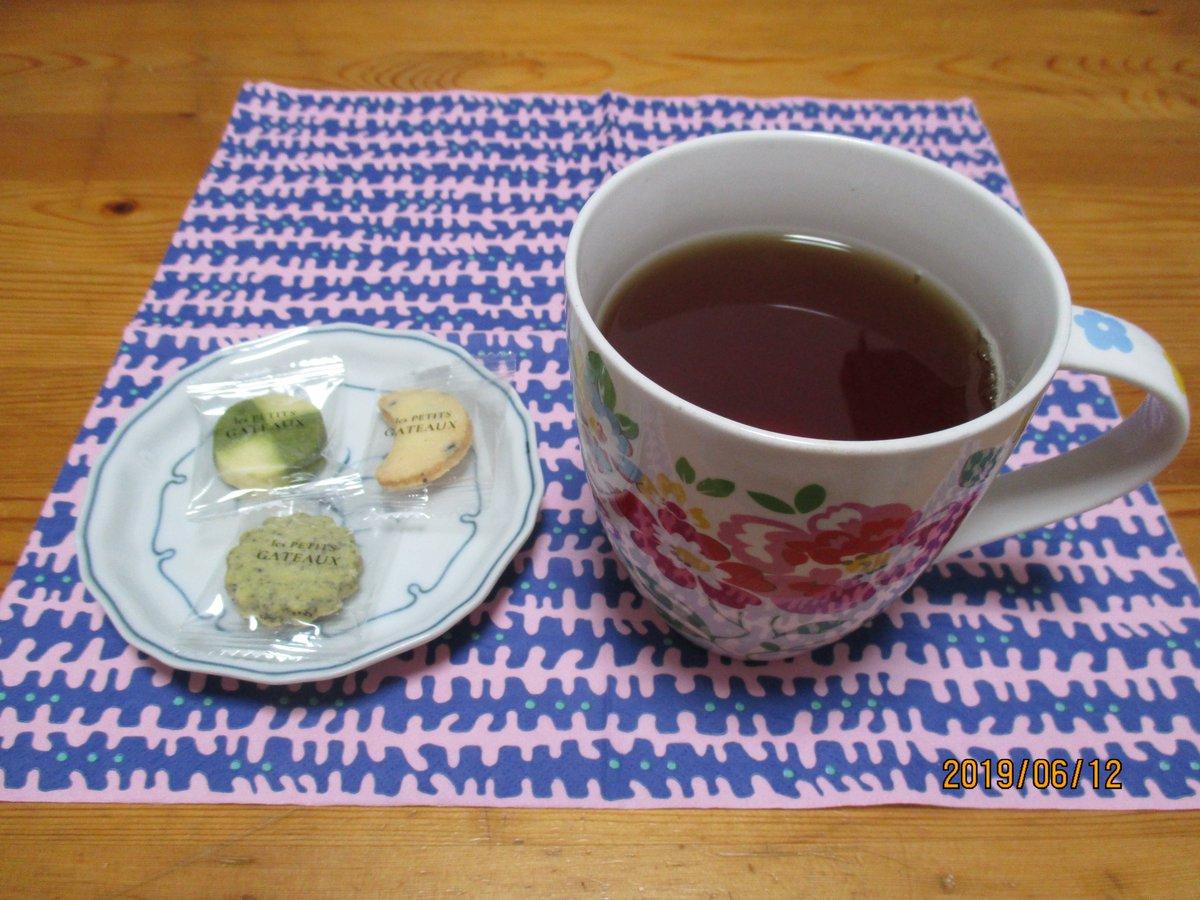 test ツイッターメディア - 一昨日の夜、#ルピシア デジョークオリティー2019 #東京會舘 プティガトー・テヴェール、ミカヅキ、アールグレイと お茶はお菓子と供にはストレートで飲みましたがその後ほんの一刺しミルクを入れてレンジで少し温めてミルクティーで楽しみました アッサム本当に美味いです ファンです #茶好連 https://t.co/0VLxQ7STKH