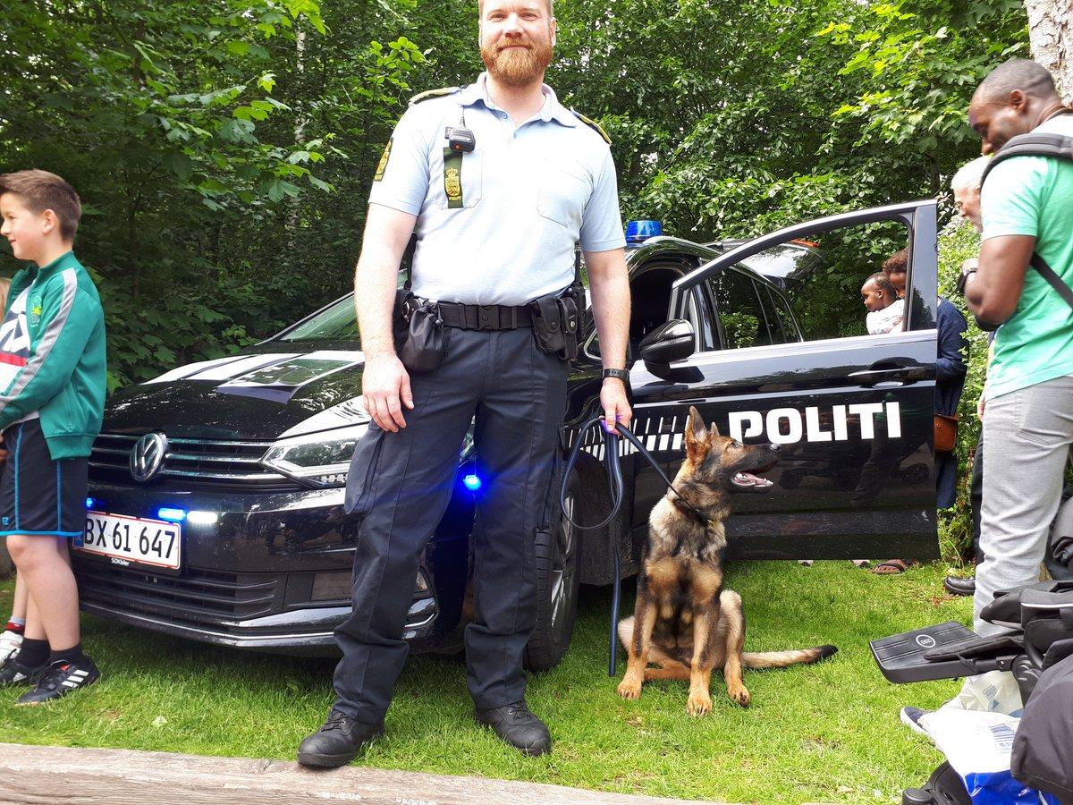 Pssst... Vi har også vores unge patruljehund Chuck med i Fårup Sommerland. #politidk https://t.co/8wpz7B21wH
