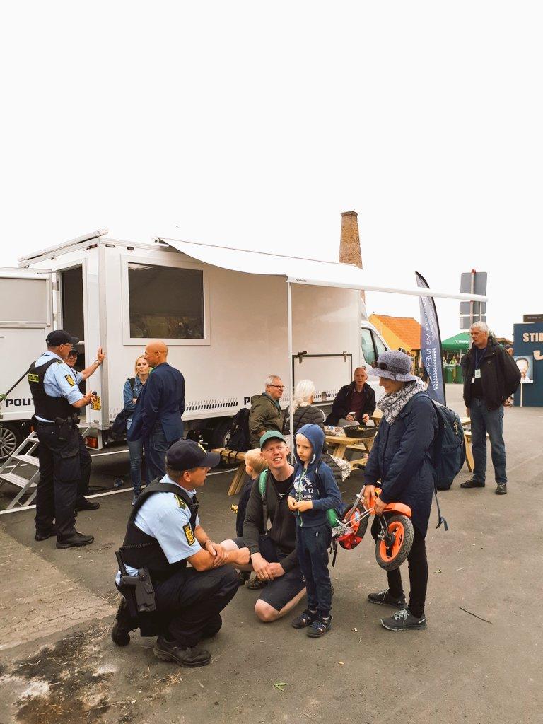 Lokalbetjente fra Nordjyllands Politi i aktion  ved den mobile politistation på Folkemødet.  #fmdk #politidk https://t.co/RKal1aC4yt