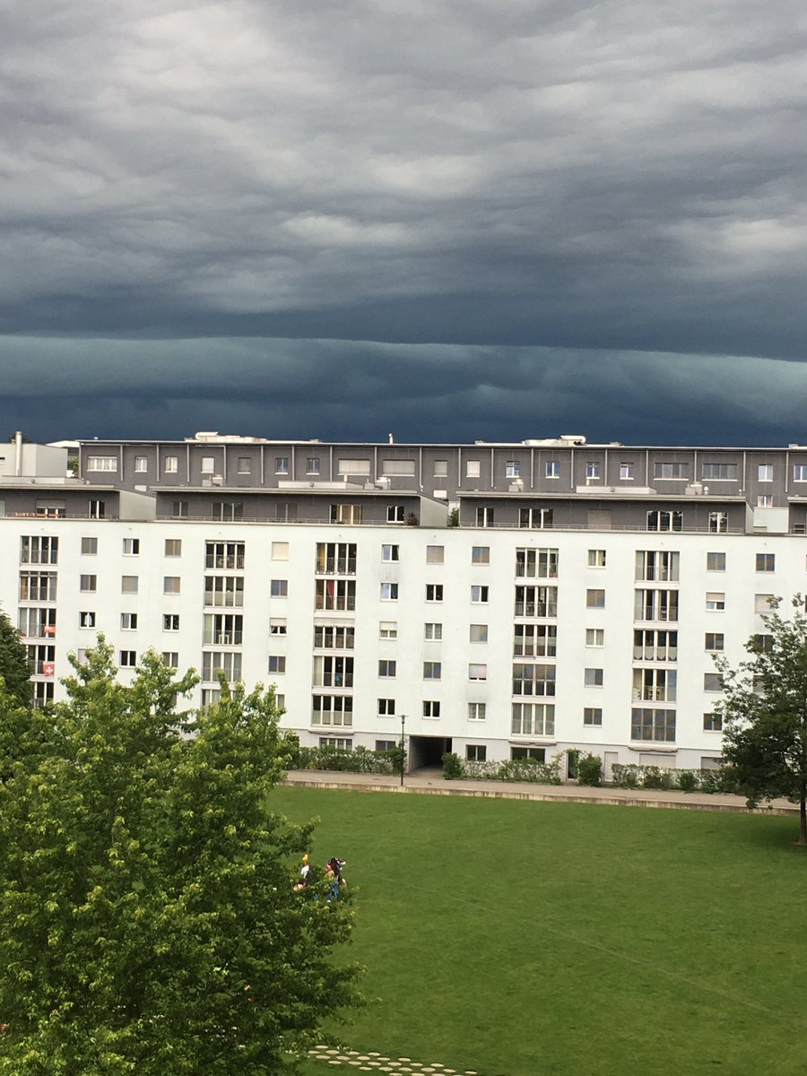 Something's coming... #orage #storm #rain #fribourg #fribourgregion #switzerland #ihearthunder #fetesdeperolles https://t.co/r8PMhcinDH