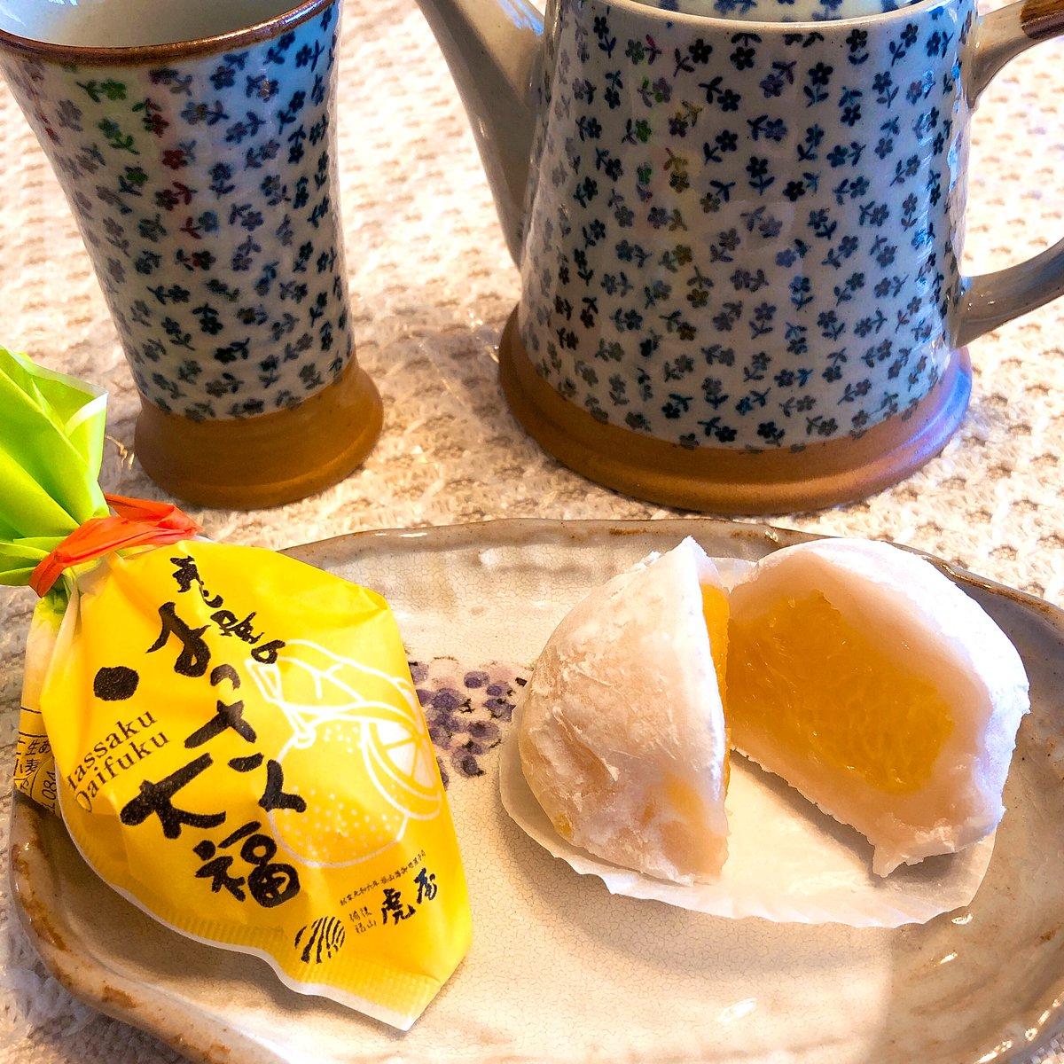 test ツイッターメディア - 今日は和菓子の日ということで… 今ハマっているのが広島は虎屋のはっさく大福❣️ 甘い餡に包まれたはっさくの甘味と苦味が絶妙です😆 柔らかくて口の中で溶けてしまう柔らかさ…これは絶対食べる価値ありです〜👍 #和菓子の日 https://t.co/AhU6svDoDR