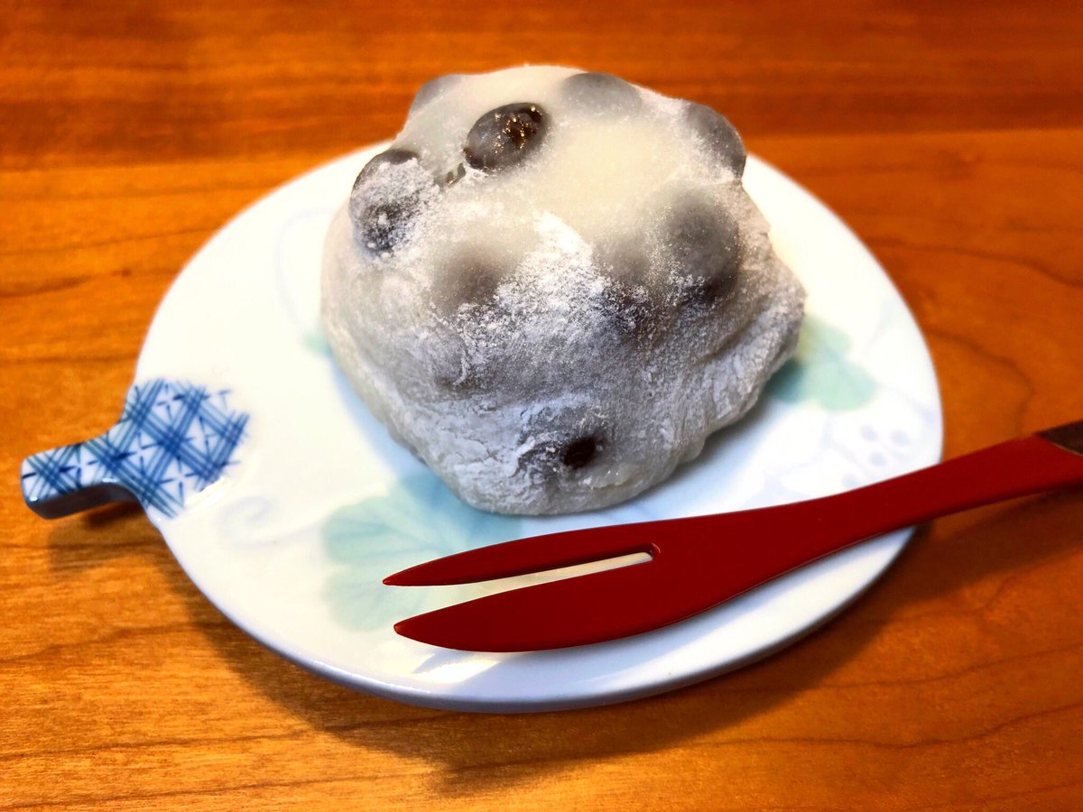 test ツイッターメディア - 時間がなくて行けなかった「出町ふたば」(アニメ『たまこまーけっと』の主人公・北白川たまこの実家の和菓子屋のモデルになったお店)の豆餅が、まさかの京都駅改札内に売ってた!帰りの新幹線に乗る間際に運良くゲット!うーまーい!(´ω`) https://t.co/mUbnH89OjU