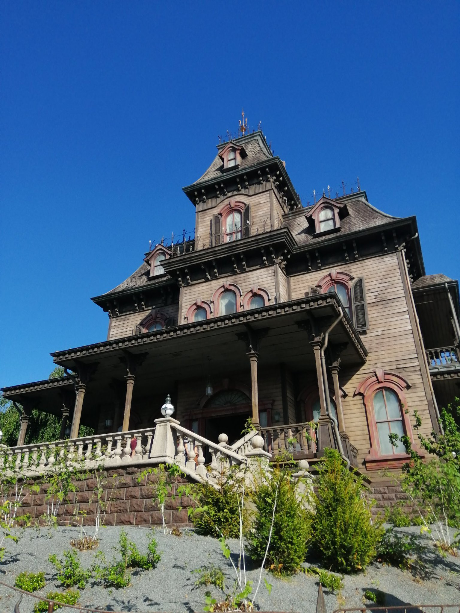 Blue sky over Phantom Manor https://t.co/LGi60C3hvd