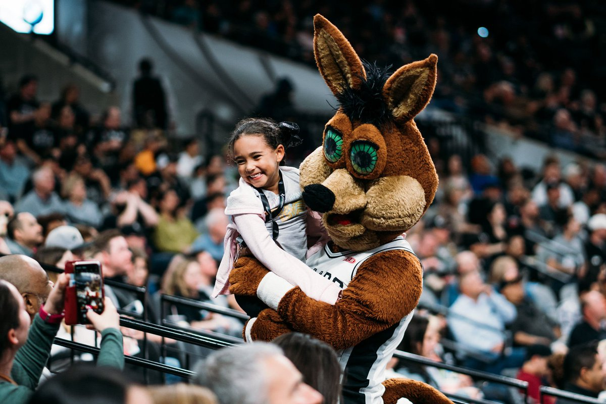 Happy #NationalMascotDay to the one and only, @SpursCoyote! https://t.co/ks7PKeMzAU