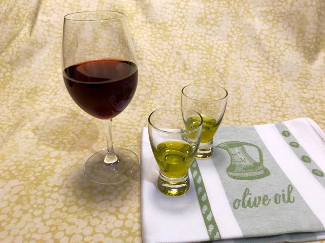 test ツイッターメディア - 赤ワインやコーヒーでよく話題になるポリフェノール🍷 実はオリーブオイルにも、色々なポリフェノール類が含まれているんです😳 オリーブオイルを食べることで、オリーブ由来のポリフェノール類を摂ることができますよ👍 #Jオイルミルズ https://t.co/h1P2Owv179