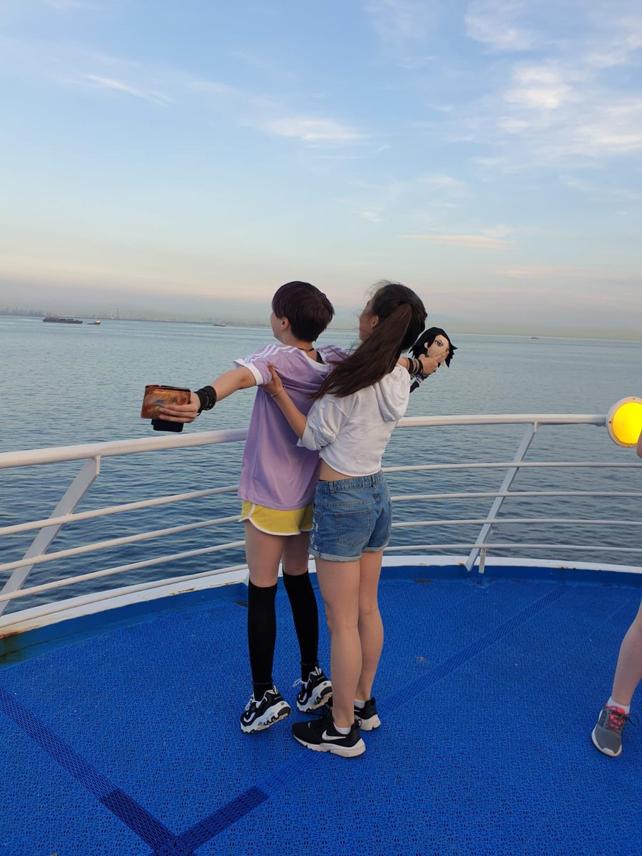 Couldn't have them climbing off the edge....so the school safe version of titanic! 😂 #CHSOnTour #queenoftheworld https://t.co/PkZURPBWQh