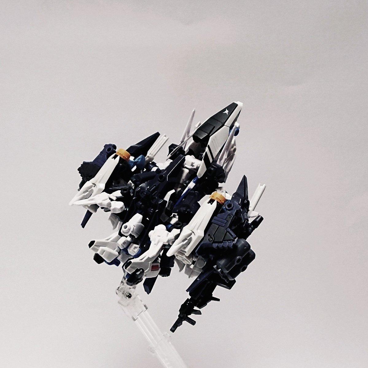 test ツイッターメディア - アタッカーモジュールのみ換装した形態は迎撃戦に適しており、「イオタ・アタッカー」と呼ばれる。高機動性を活かし敵攻撃部隊を強襲、先制する。大出力のIフィールドジェネレータを装備し、多数の対艦ミサイルにより攻撃。MS形態に移行し殲滅戦を行う。 #モビルスーツアンサンブル #イオニア計画 https://t.co/Kv0oC6jtEQ