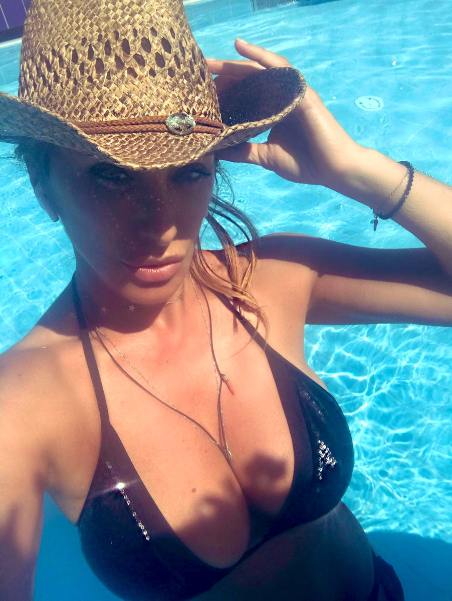 #thesummerismagic #verano #swimmingpool #estate #sabrina #SabrinaSalerno https://t.co/fb0XoPPsPf