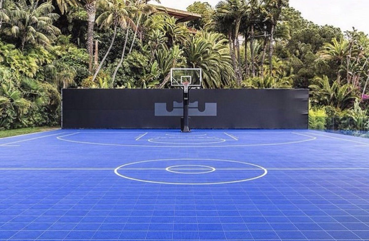 test Twitter Media - The Space Jam 2 workout court for players is set up at NBA superfan Jimmy Goldstein's house in LA, featuring LeBron James' logo. https://t.co/zmkNYoahoh