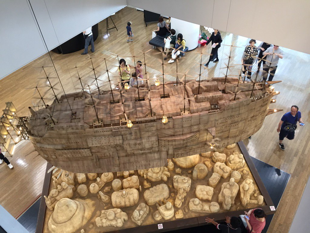 これはエントランスの吹き抜けの展示、「ラピュタ」冒頭に登場する空飛ぶ巨大船の模型を二階から。#ジブリの大博覧会長崎