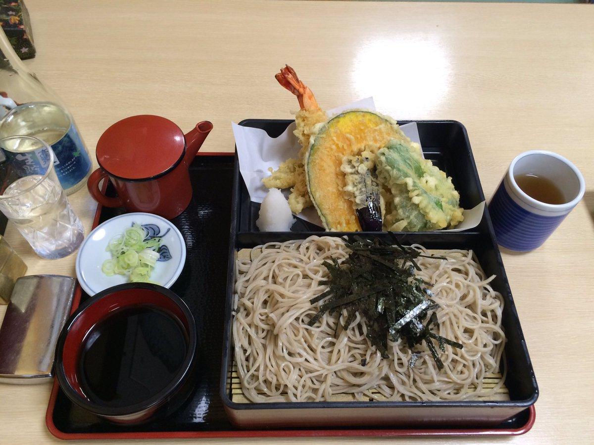 寿徳庵・横須賀中央店サイトによれば、蕎麦のこだわりが見える。ならば蕎麦には日本酒と定め、天セイロ(並)と冷酒をオーダー。