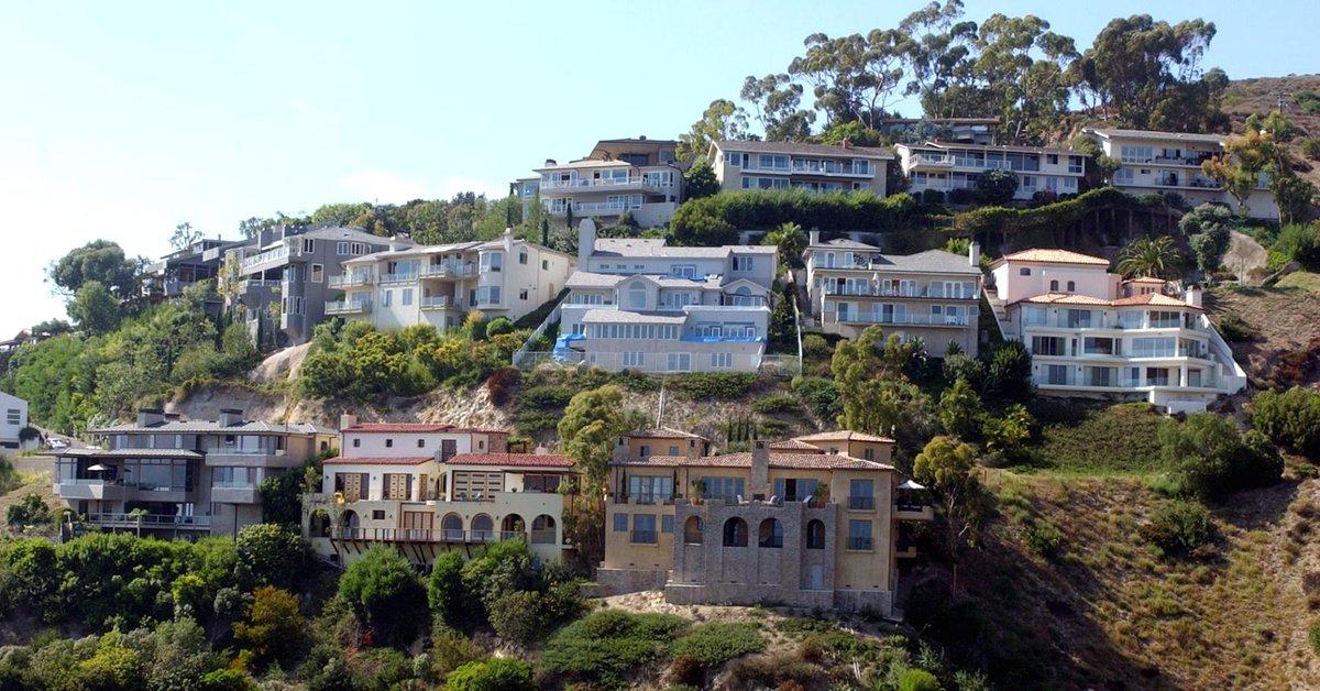 Billionaire CEO Warren Buffett's California beach house is on sale for $11 million—take a look inside