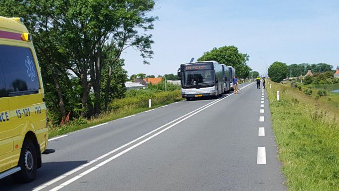 Ongeluk op de Maasdijk N220  Grote problemen voor strandgangers en weggebruikers. Bussen staan stil. https://t.co/ukjtj2fgf9