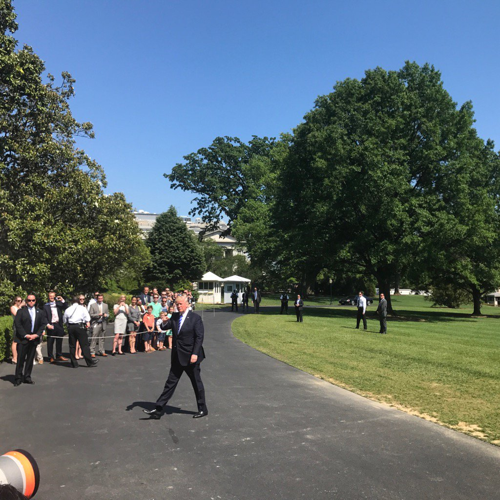 Trump walks into the Residence. Doesn't answer shouted question about Comey/Flynn https://t.co/F89aCEvwBS