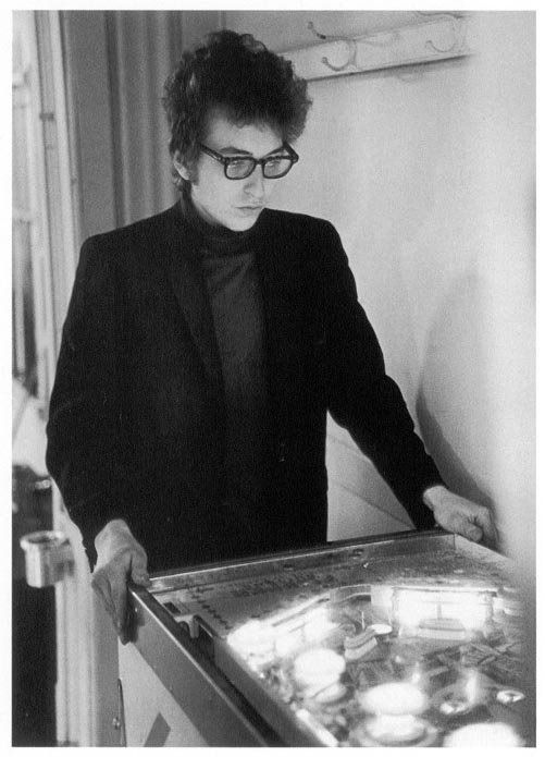 How many coins must a pinball player spend, before he gets that free game? Bob Dylan playing pinball, 1964 https://t.co/1CctRohmUP