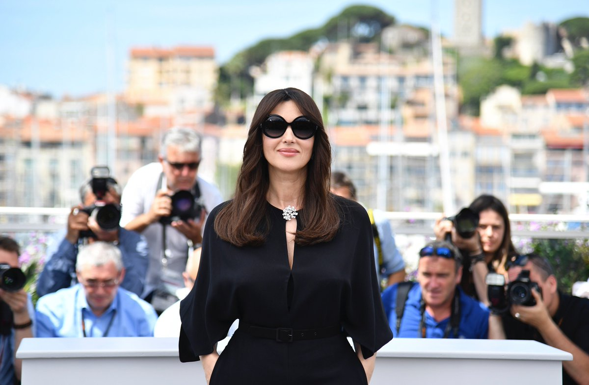 Monica Bellucci wears Ralph Lauren Deco Collection sunglasses at the #Cannes2017 Master of Ceremonies Photocall. https://t.co/LcgcnqTr0V
