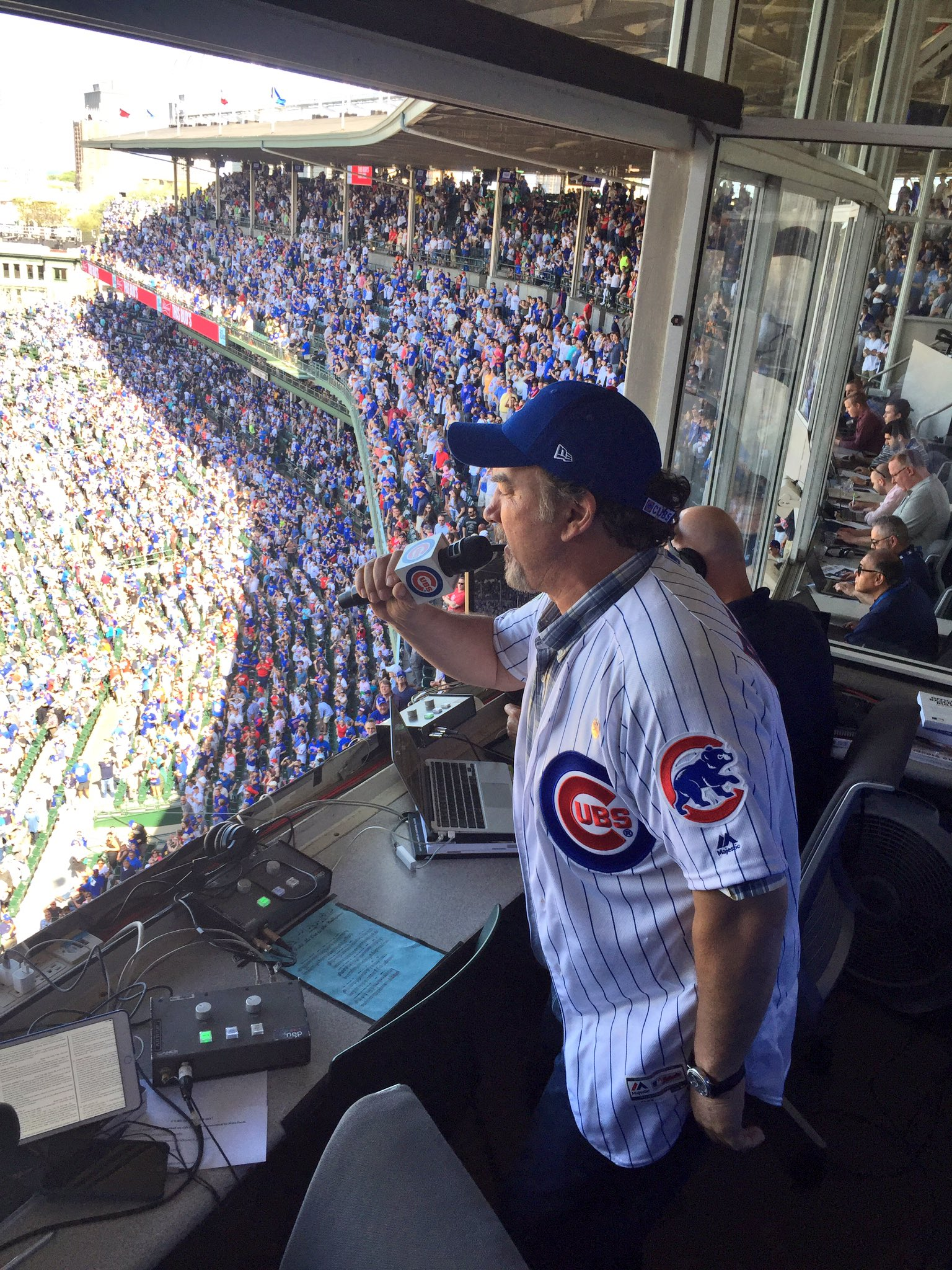 Sing that classic Chicago tune, @JimBelushi! �� https://t.co/6r164EX8K6