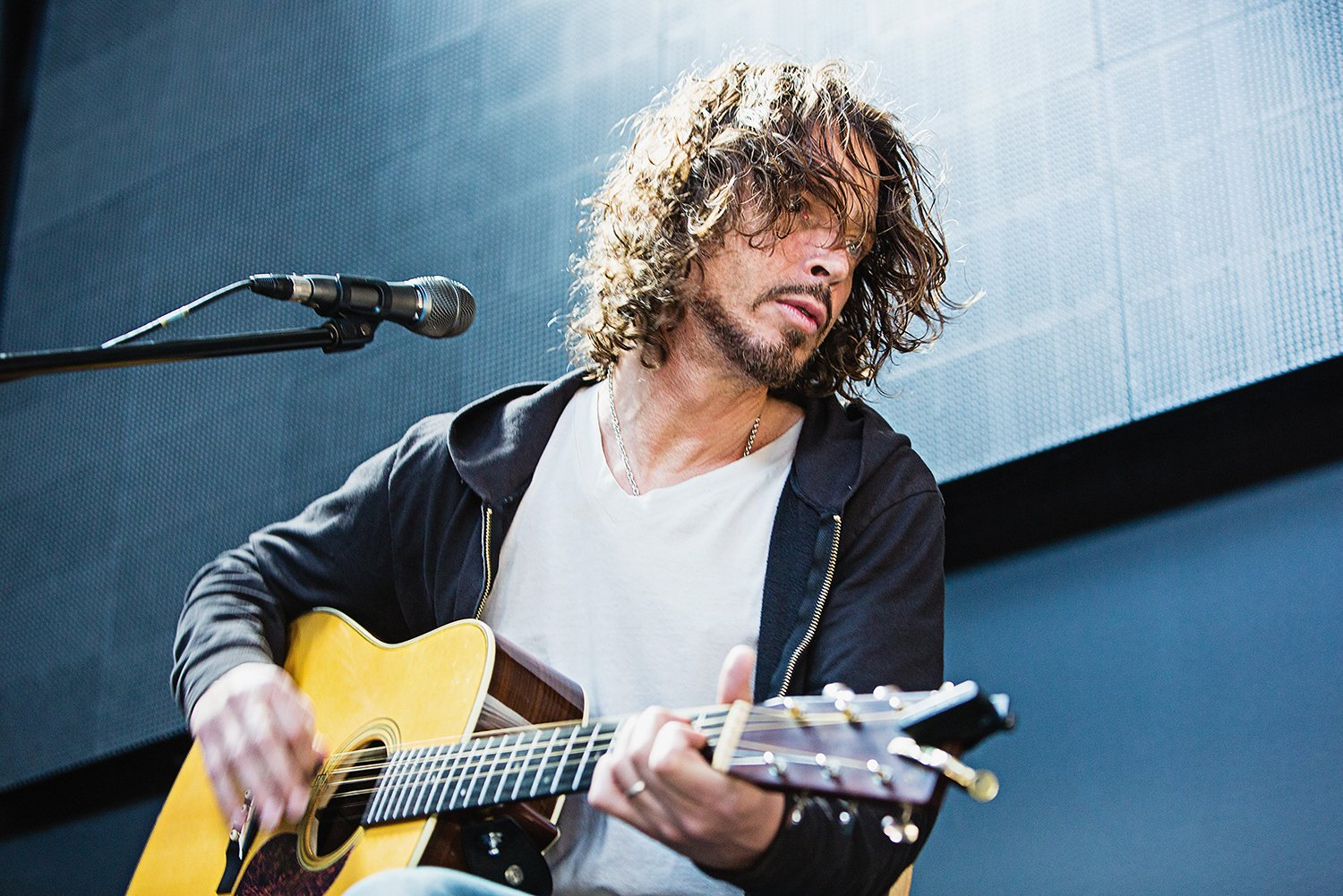 Hear 8 of Chris Cornell's great acoustic covers https://t.co/XEnHQr32K4 https://t.co/FQDYVt6awp