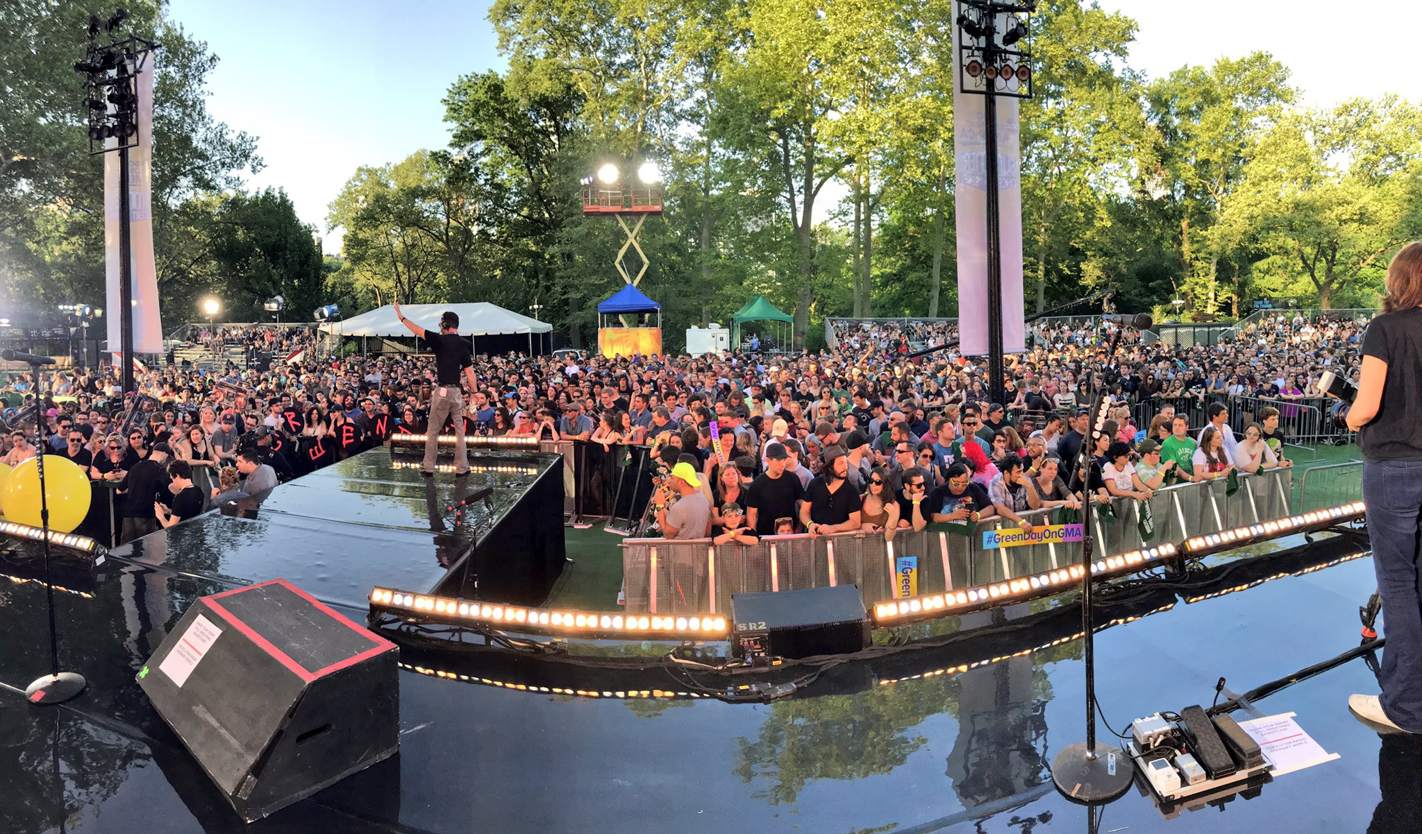 The Park is already packed and ready for @GreenDay this morning! #GreenDayOnGMA https://t.co/a0g59BmUok
