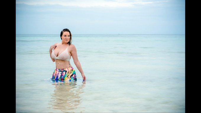 Memorial Day Weekend party Fri-Mon... I still have availibility... I want to get wet with you! Will you
