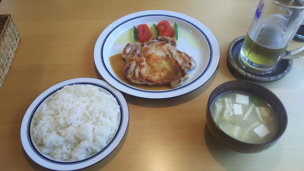 今日のお昼は、銀の匙でチキンソテーを。相変わらず、味噌汁が旨いんだよなぁ。