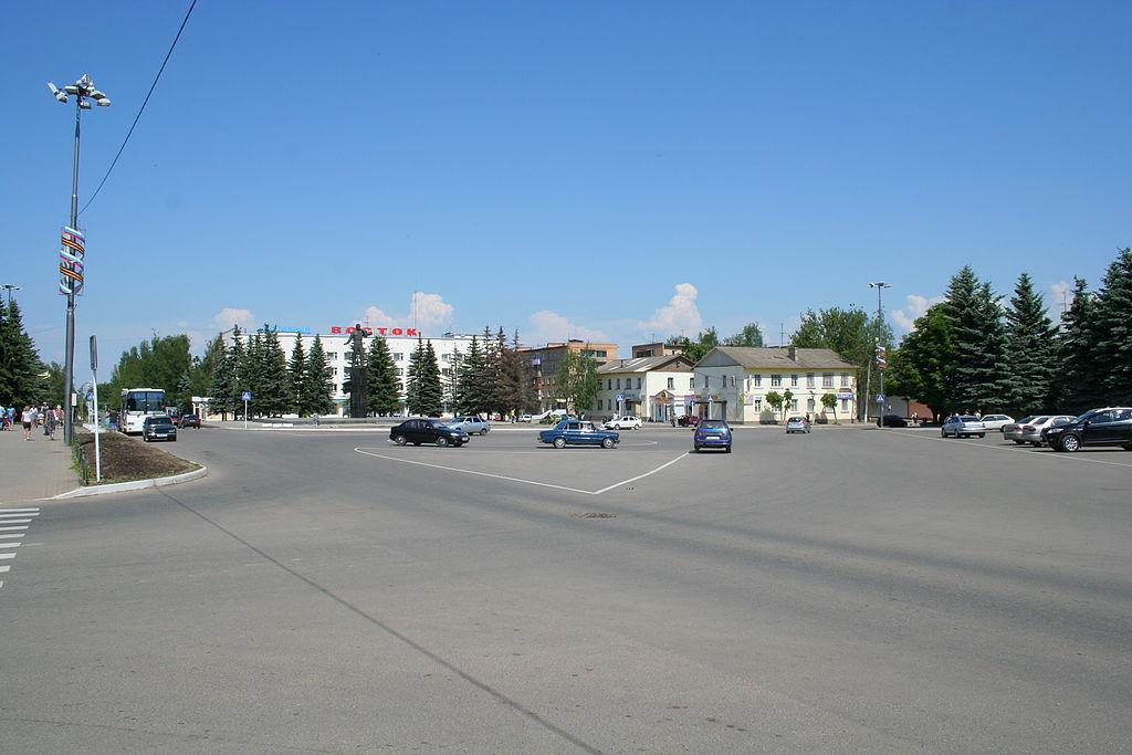 После торжественного митинга на красной площади города гагарина, в котором приняли участие космонавты