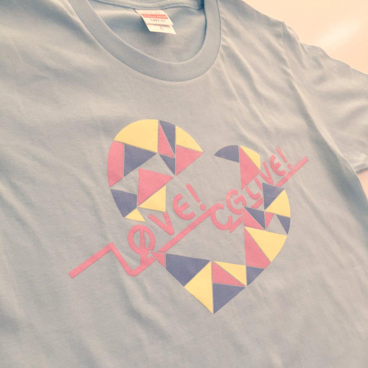 【CG LIVEグッズ紹介】その7「オリジナルTシャツ」。パステルカラーのハートが可愛いデザインで、背面には今回のライブ