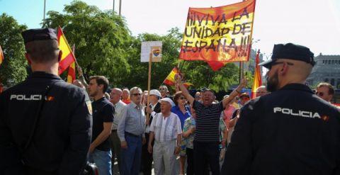 Los fascistas se manifiestan contra Puigdemont así, para que el PP y C´s que lo hacen igual, parezcan de centro... https://t.co/uFGZ1HGplM