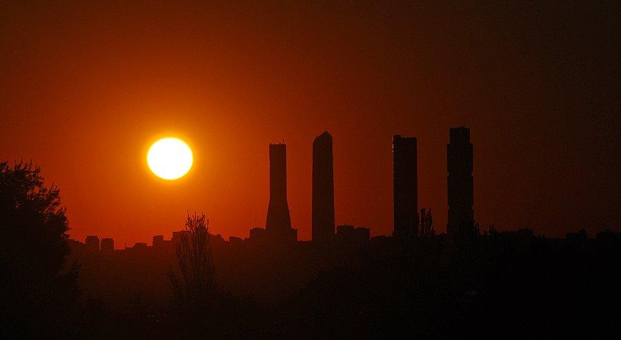 ¡Qué bonito es ver despertarse a #madrid desde la distancia! ¡#FelizMartes familia! (Foto de @HugodeCucco)