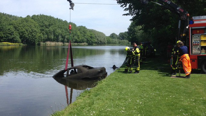 Voertuig te water betreft een als gestolen opgegeven Opel Omega. Wordt op de kant gehesen door Lierse brandweer https://t.co/837bingtL6